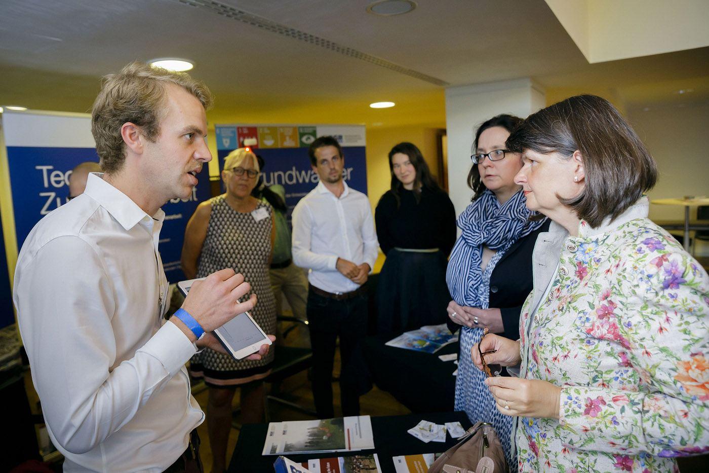 Nils Handler (left) from the BGR explaining LION
